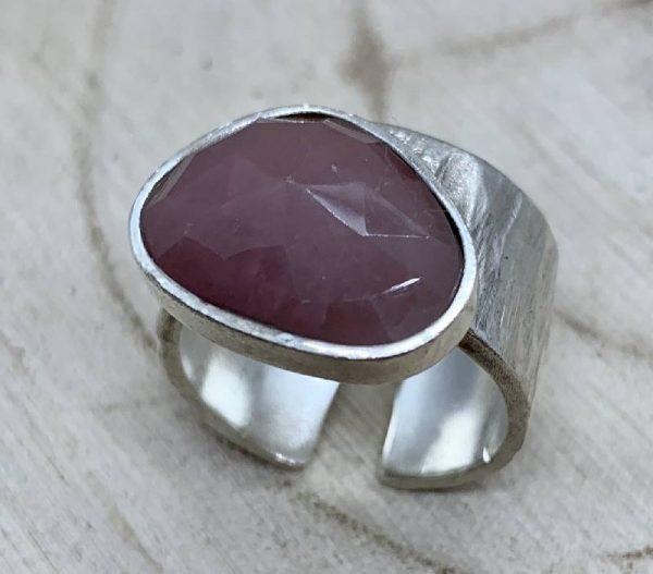 anillo pieza unica plata y onix marrón