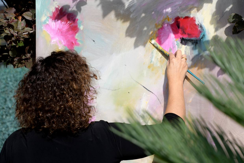 Esther Tenedor pintando